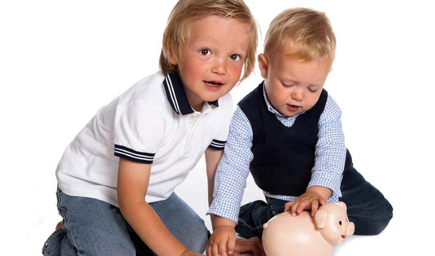 Дети смотрят в копилку