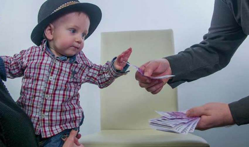 Ребенок тянется за деньгами