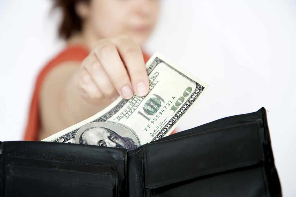 Жена забирает деньги из кошелька