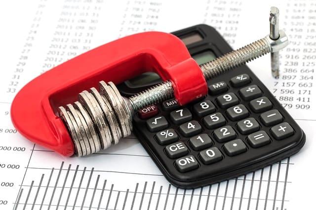 Закручивание монет над калькулятором