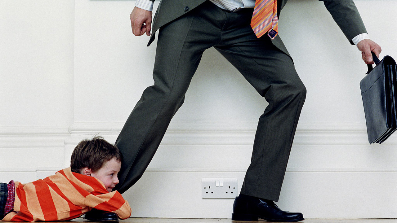 Ребенок держит папу за ногу