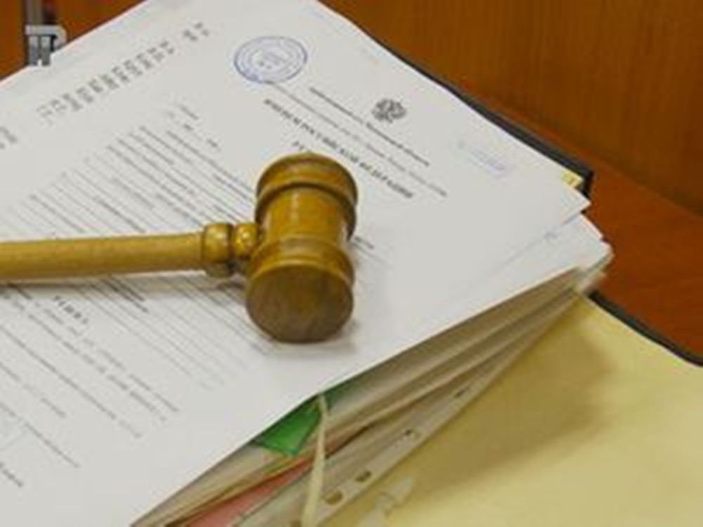 Судебный молоток на куче бумаги