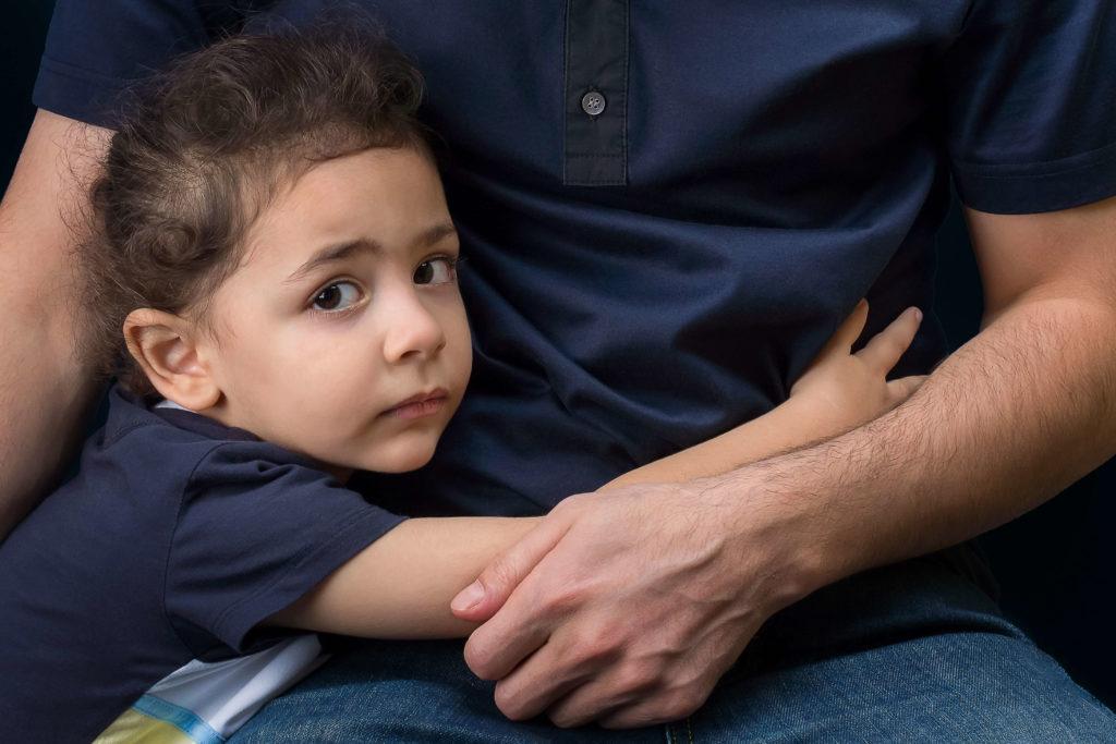 Малыш обнимает папу