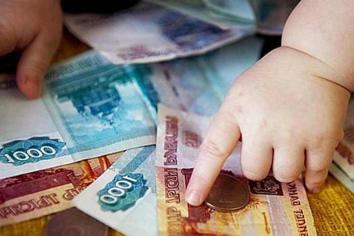 Детская рука на деньгах