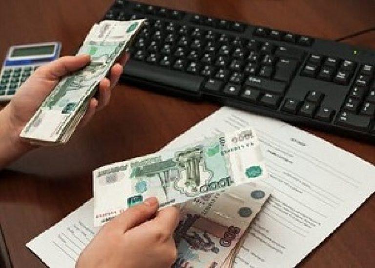 Деньги около клавиатуры