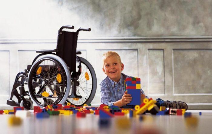 Ребенок инвалид у кресла