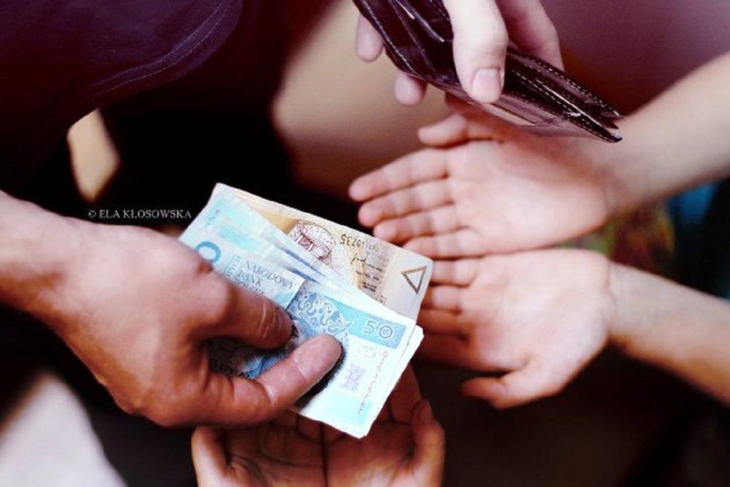 Рука, протягивает деньги