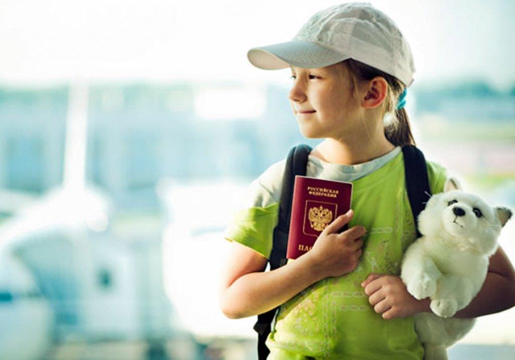 Девочка перед самолетом