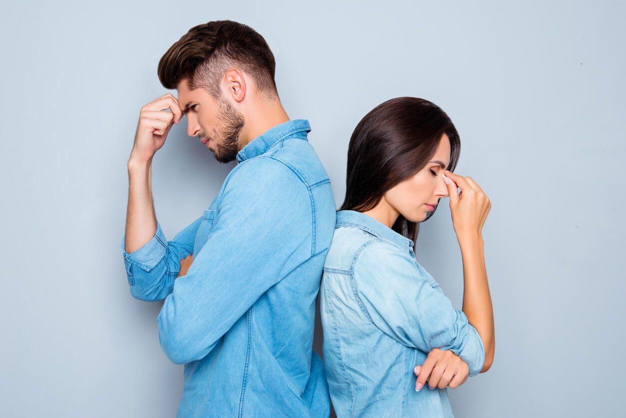 Задумчиво-расстроенные супруги