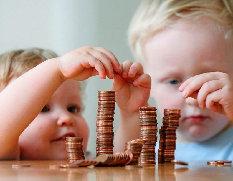 Дети играют с деньгами